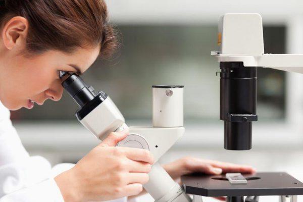 Frau mit Mikroskop